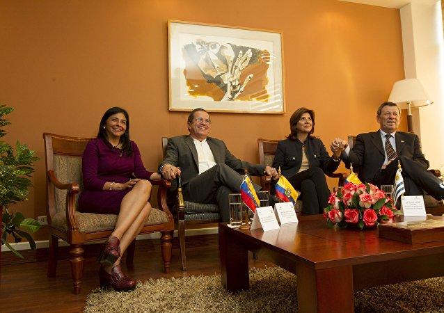 Ministro de Exteriores de Venezuela Delcy Rodríguez, ministro de Exteriores de Ecuador Ricardo Patiño, ministro de Exteriores de Colombia María Ángela Holguín y  ministro de Exteriores de Uruguay Rodolfo Nin Novoa