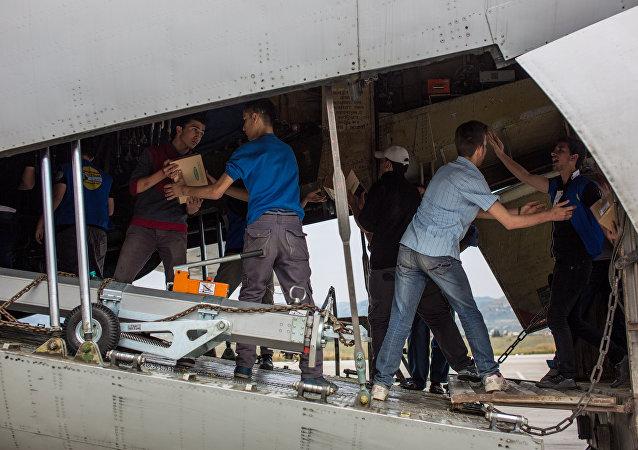 Descarga del avión con ayuda humanitaria rusa para Siria (archivo)