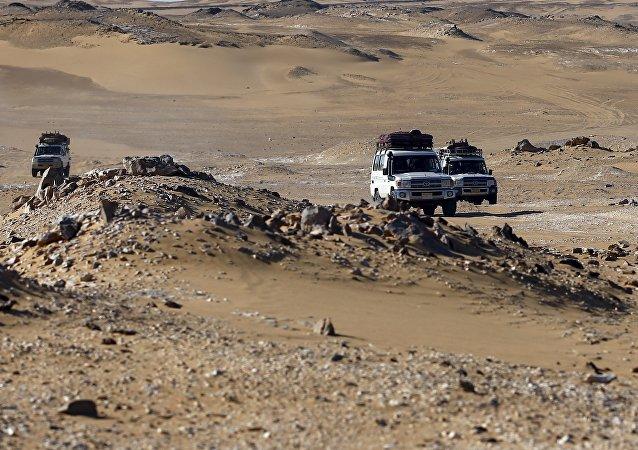 Vehículos turísticos en el desierto del Este en Egipto