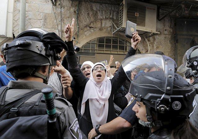 Policías israelíes impiden a las mujeres palestinas entrar en a la mezquita de Al Aqsa