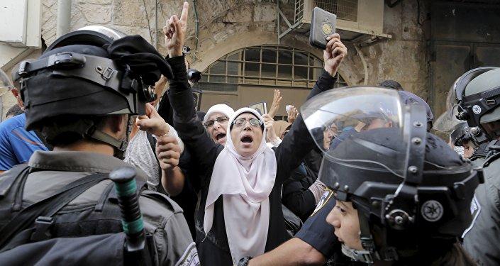 Policíacos israelíes impiden a las mujeres palestinas entrar en a la mezquita de Al Aqsa (archivo)