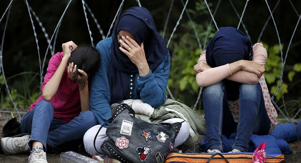 Refugiados cerca de la frontera entre Serbia y Hungría