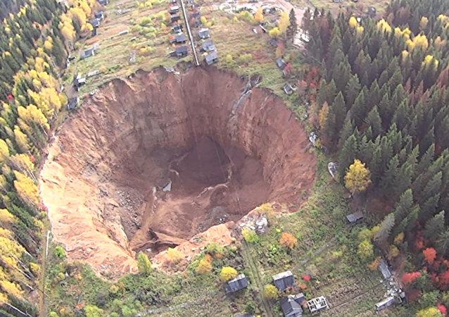 Impactante cráter en los Urales