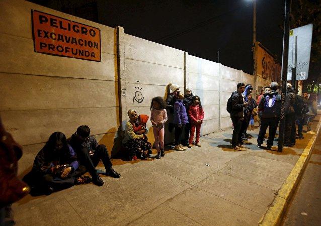 Ciudadanos de Santiago salen por la calle después del terremoto en la zona central de Chile
