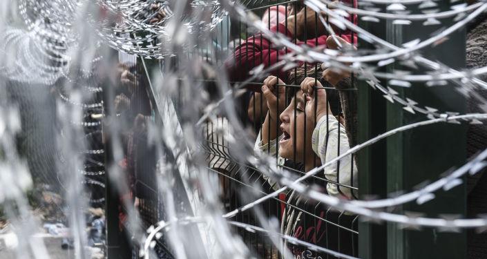 Los migrantes en la frontera de Hungría y Serbia