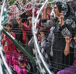 Refugiados detrás de una valla en la frontera entre Serbia y Hungría (archivo)