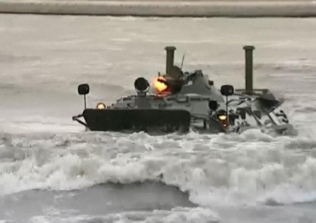 Los blindados BTR-80 no temen al agua