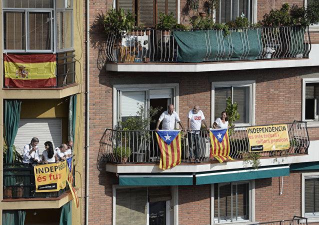 Esteladas (banderas independentistas de Cataluña) estan colgadas sobre los balcónes en Barcelona