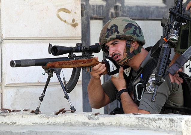 Un soldado de Guardias de Frontera de Israel con un fusil de francotirador