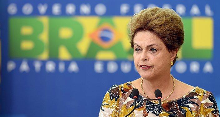 La presidenta de Brasil hace un discurso durante una ceremonia en Planalto Palace en Brasilia. Septiembre 17, 2015.