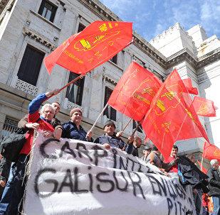 Obreros salen por la calle en Montevideo, Uruguay