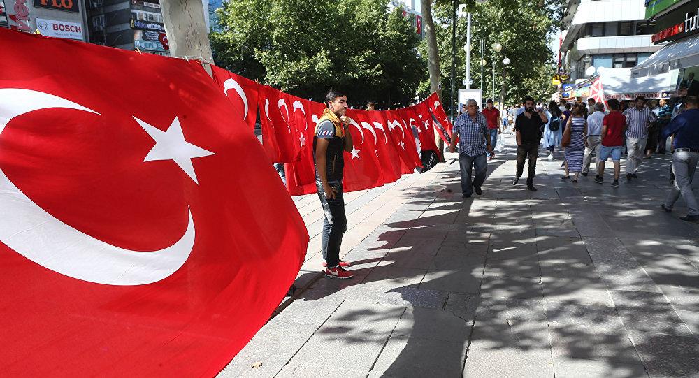 Un hombre está cerca de la bandera de Turquía durante las demostraciones por la lucha contra el terrorismo, Ankara