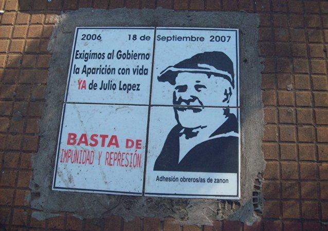 Placa de Jorge Julio Lopéz en la Pirámide de Mayo