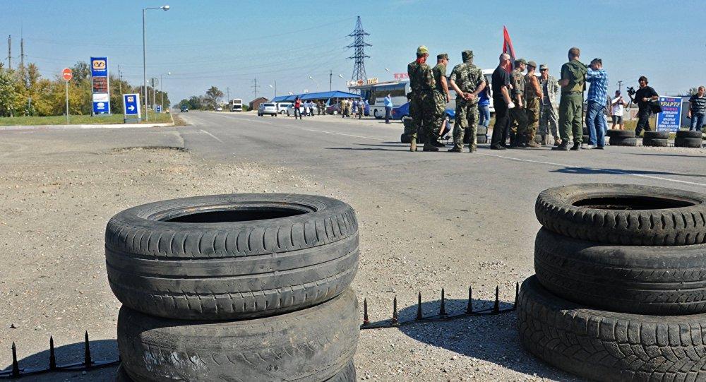 Activistas bloquean el camino que conduce a Crimea