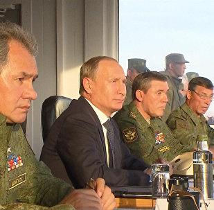 Putin inspecciona las maniobras militares Tsentr 2015