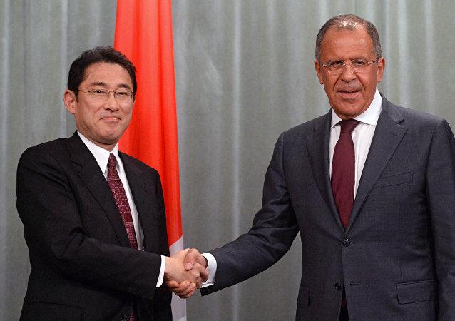Ministro de Exteriores de Japón, Fumio Kishida, y ministro de Asuntos Exteriores de Rusia, Serguéi Lavrov (archivo)