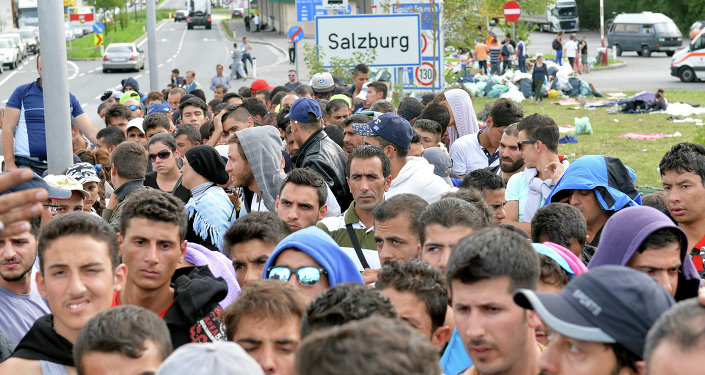 Refugiados están esperando en la frontera entre Austria y Alemania después de que han sido parados por la policía en Salzburgo, Austria