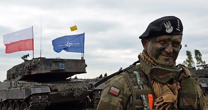 Un militar polaco cerca del blindado de la OTAN en Polonia