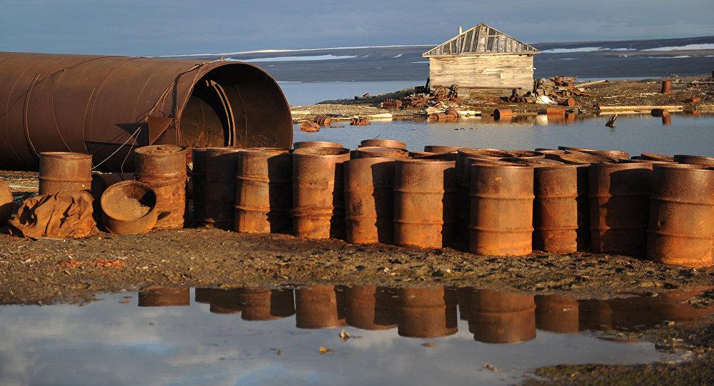 Barriles en archipiélago de Nueva Zembla antes de la limpieza