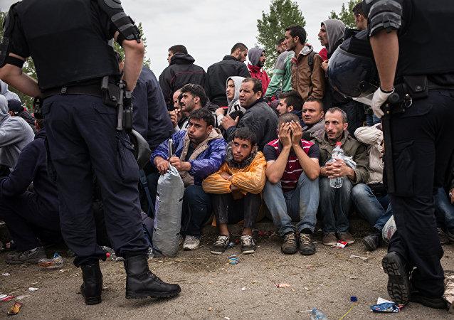 Policías croatas y los refugiados