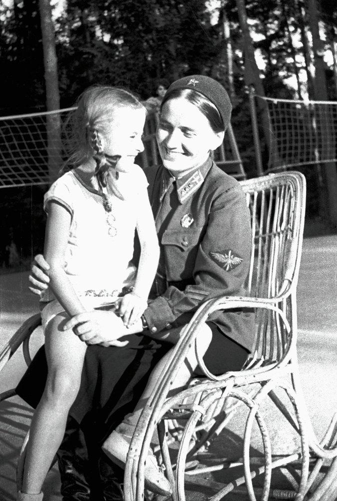 Marina Raskova con la hija Tatiana, julio de 1938