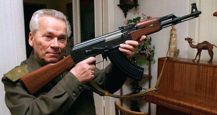 Mijaíl Kaláshnikov cargando una AK47