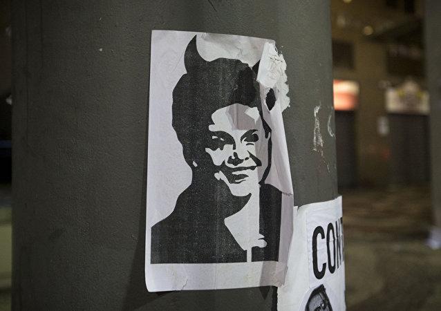 Una imagen de la presidenta de Brasil, Dilma Rousseff, con cuernos de diablo