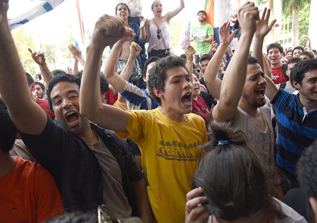 Estudiantes paraguayos mantienen protesta para cambiar estatutos universitarios