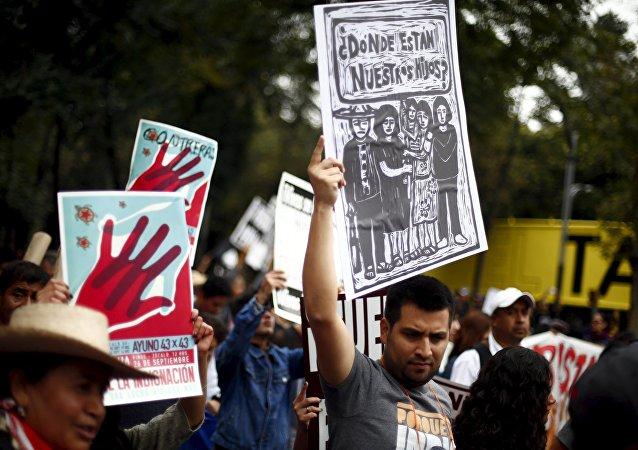 Manifestación en memoria de un año de la masacre de los estudiantes de magisterio rural de Ayotzinapa