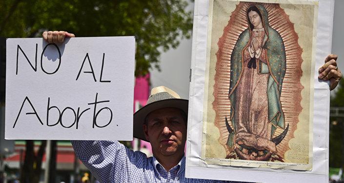 Activistas mexicanos protestan contra la aprobación de la ley a favor del aborto