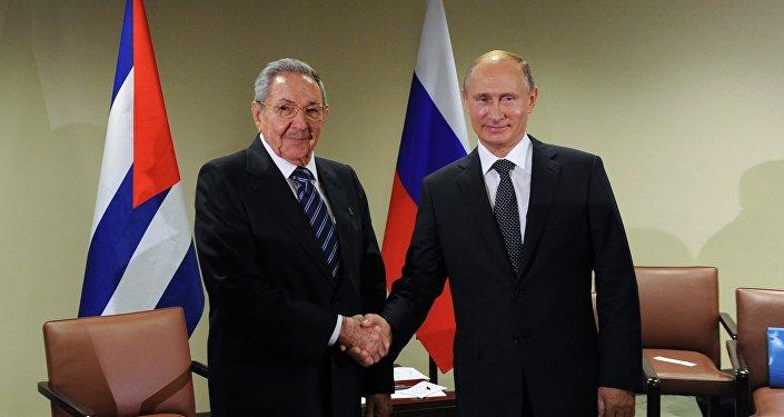 El presidente de Rusia, Vladímir Putin, y su homólogo cubano, Raúl Castro