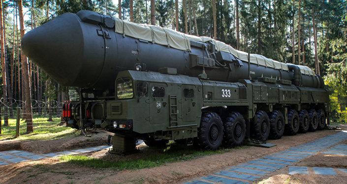 Vídeo: un misil RS-24 Yars se carga en una plataforma de lanzamiento