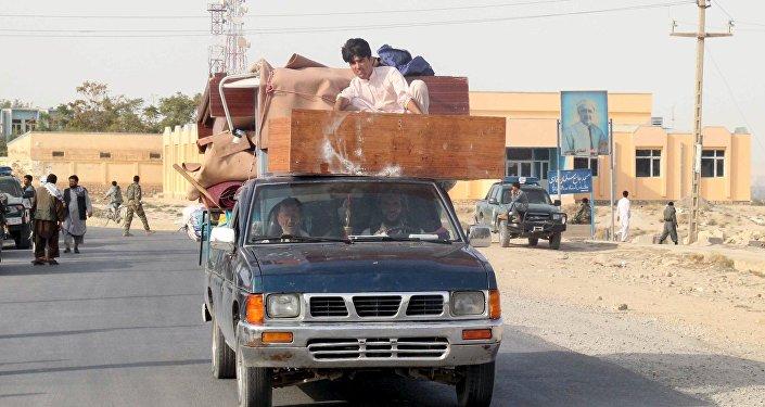 Residentes que salen de la Kunduz