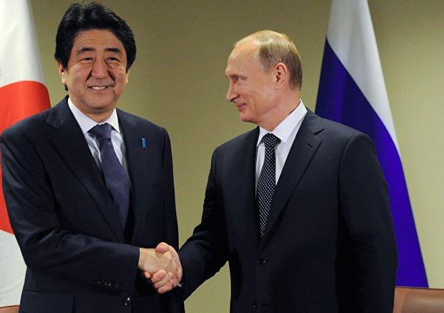 Primer ministro de Japón, Shinzo Abe, y presidente de Rusia, Vladímir Putin (archivo)