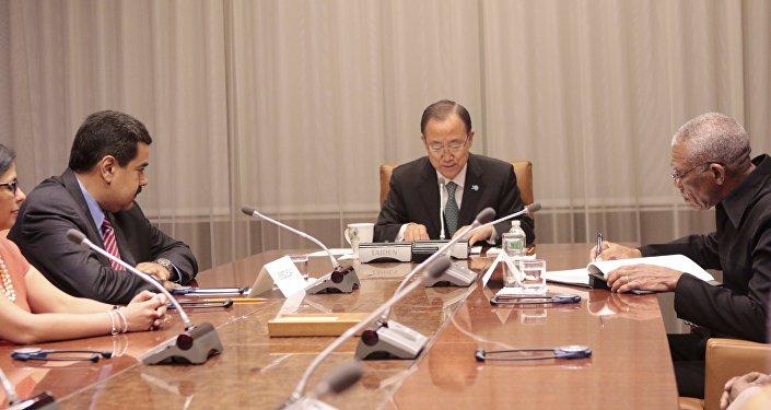 El presidente de Venezuela, Nicolás Maduro (izda.), el secretario general de la ONU, Ban Ki-moon, y el presidente de Guyana, David Granger, durante la reunión en la ONU