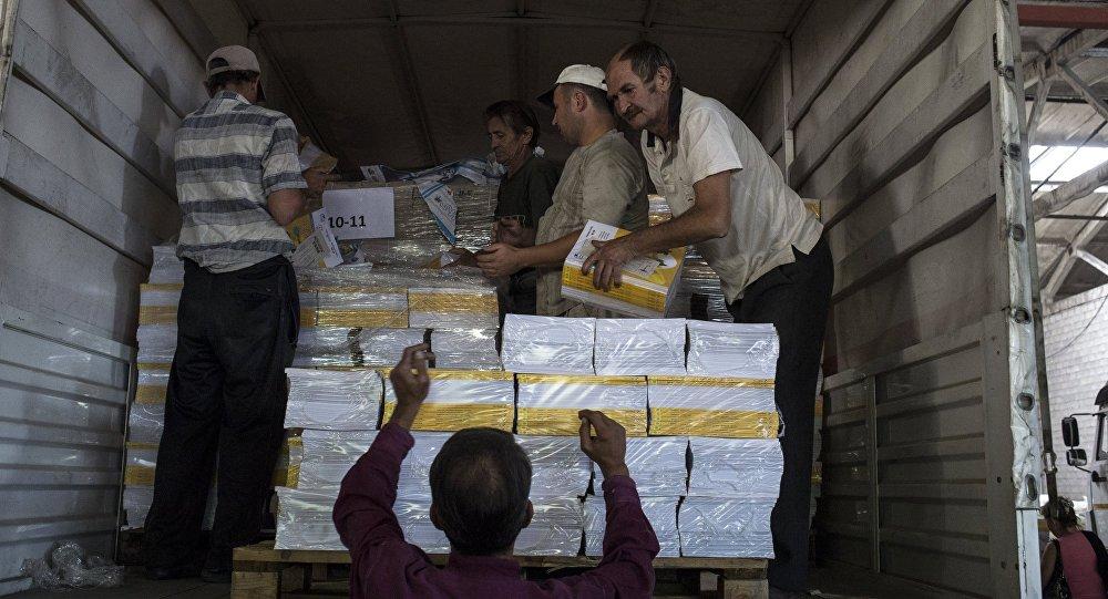 Descarga los productos del convoy humanitario ruso