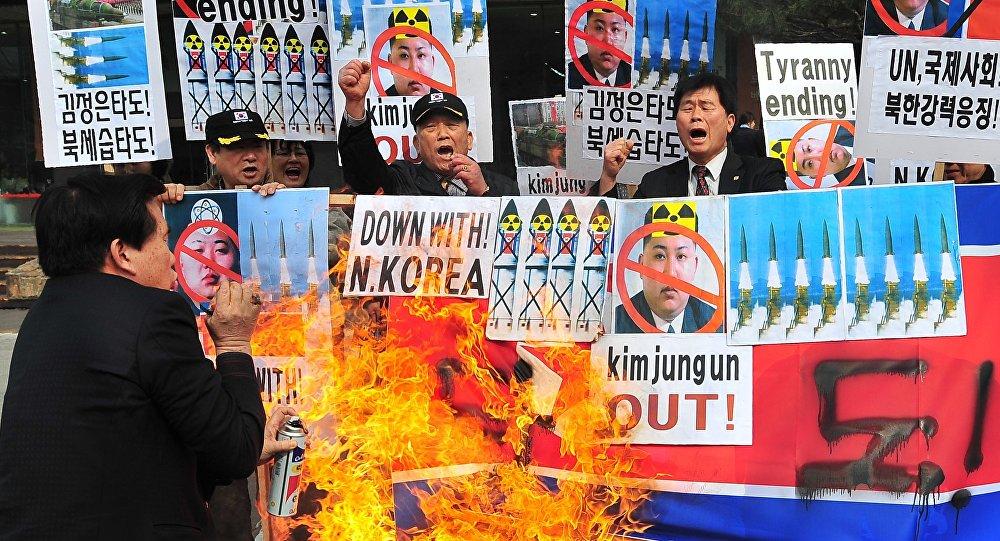 Activistas conservadores de Corea del Sur abrasan la bandera de Corea del Norte como una protesta contra los cohetazos