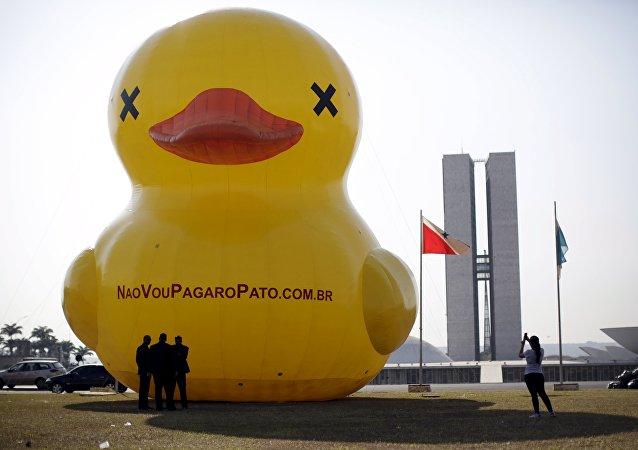 Pato hinchable cerca del Congreso Nacional de Brasil