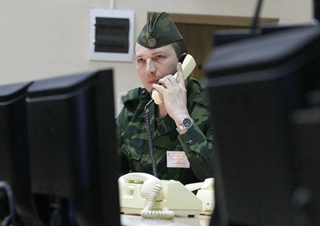 Militar ruso habla por teléfono