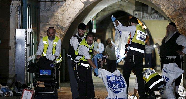 Miembros del equipo de rescate Zaka limpian la escena de la matanza de dos personas en la Ciudad Vieja de Jerusalén