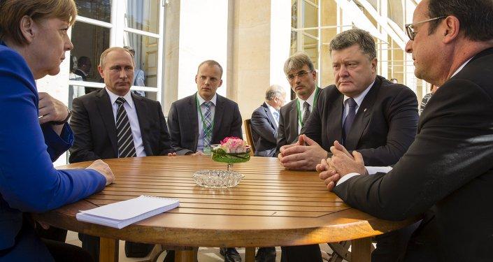 Angela Merkel, Vladímir Putin, Petró Poroshenko y Francois Hollande durante la cumbre del Cuarteto de Normandía