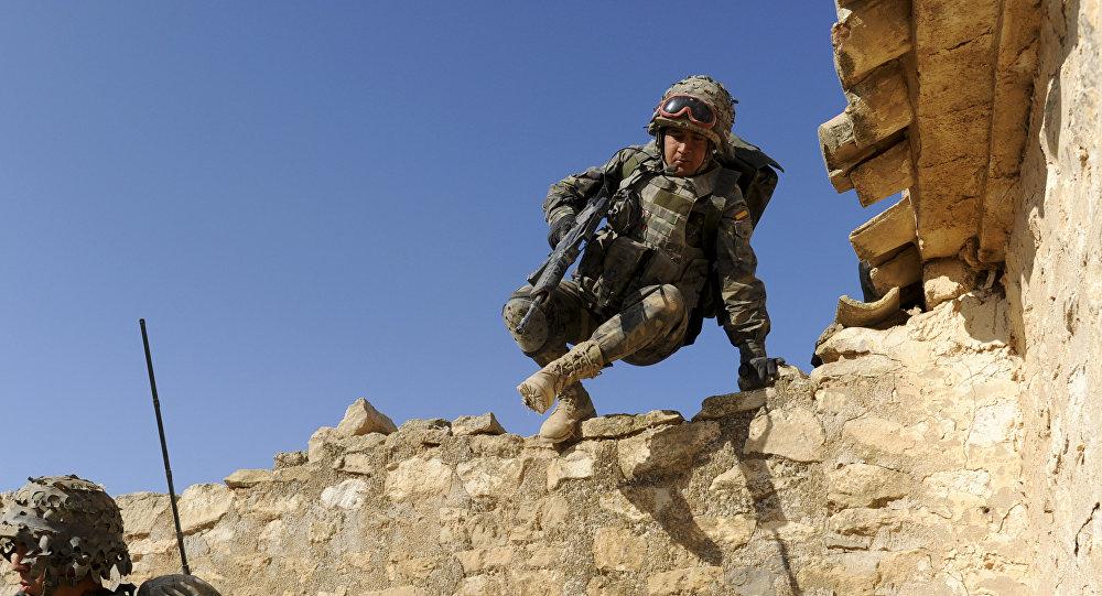 Soldado español durante maniobras