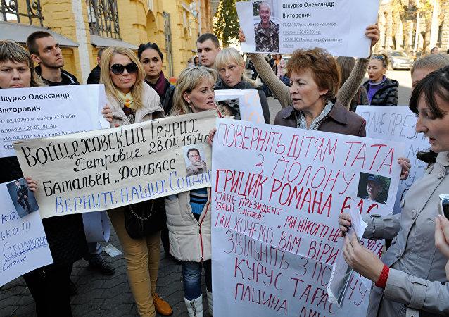 Familiares de los combatientes ucranianos demandan la renovación del proceso del canje