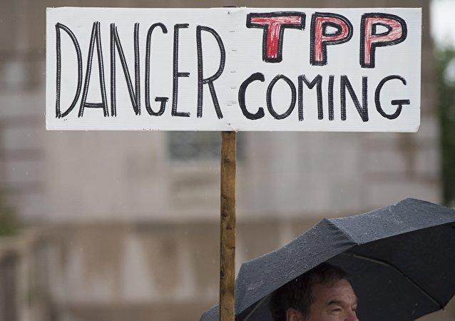 Manifestantes protestan contra el TPP