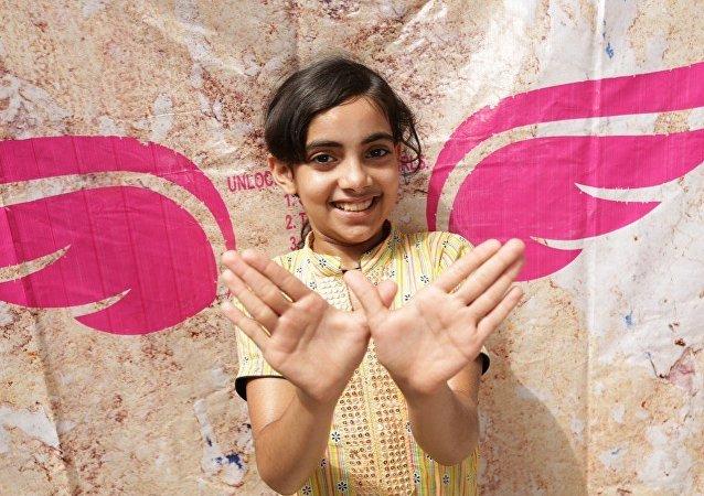 Una niña hace el gesto llamado #Girl4President