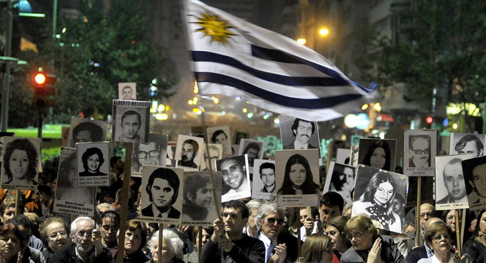 Manifestantes llevan fotos de los desaparecidos durante dictadura en Montevideo, Uruguay (archivo)