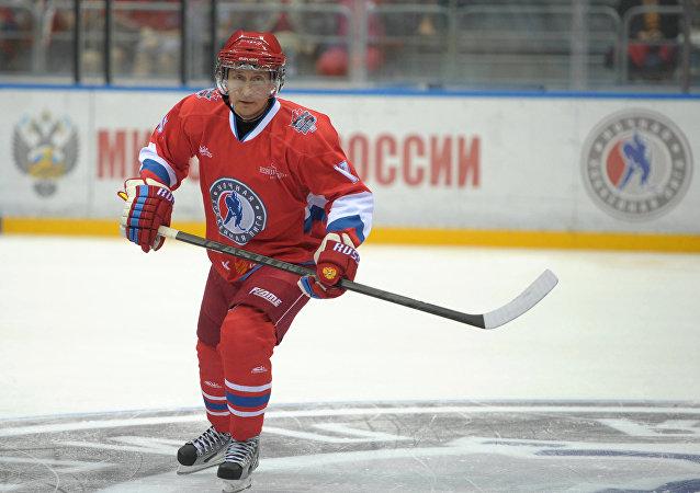 Vladímir Putin juega al hockey en Sochi (archivo)