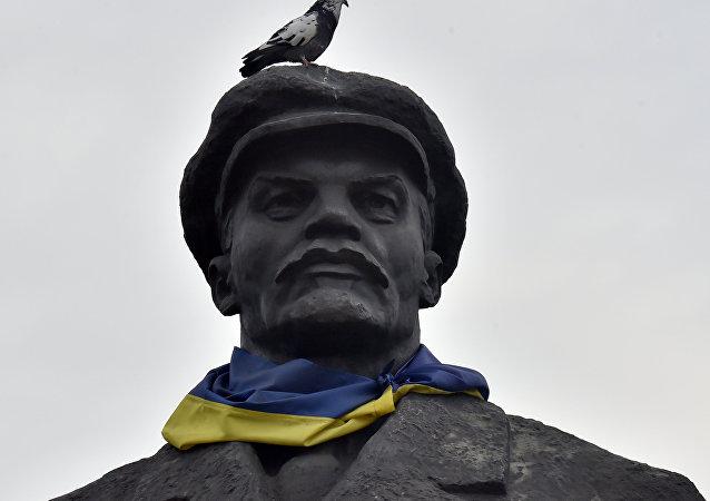 Estatua de Lenin con la bandera de Ucrania