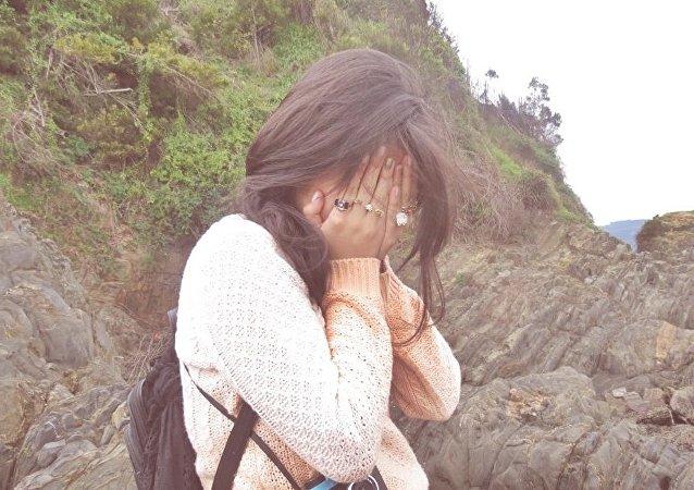 Una joven llorando