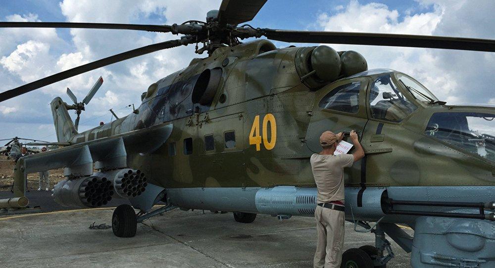 Helicóptero Mi-24 ruso en el aeródromo de Hmeymim en Siria